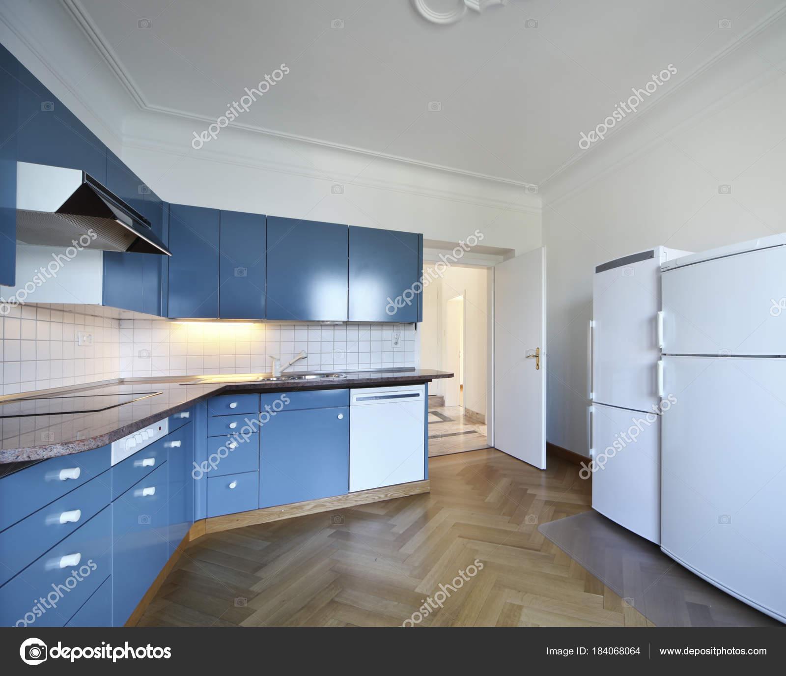 Weiße und blaue Villa Küche — Stockfoto © Zveiger #184068064