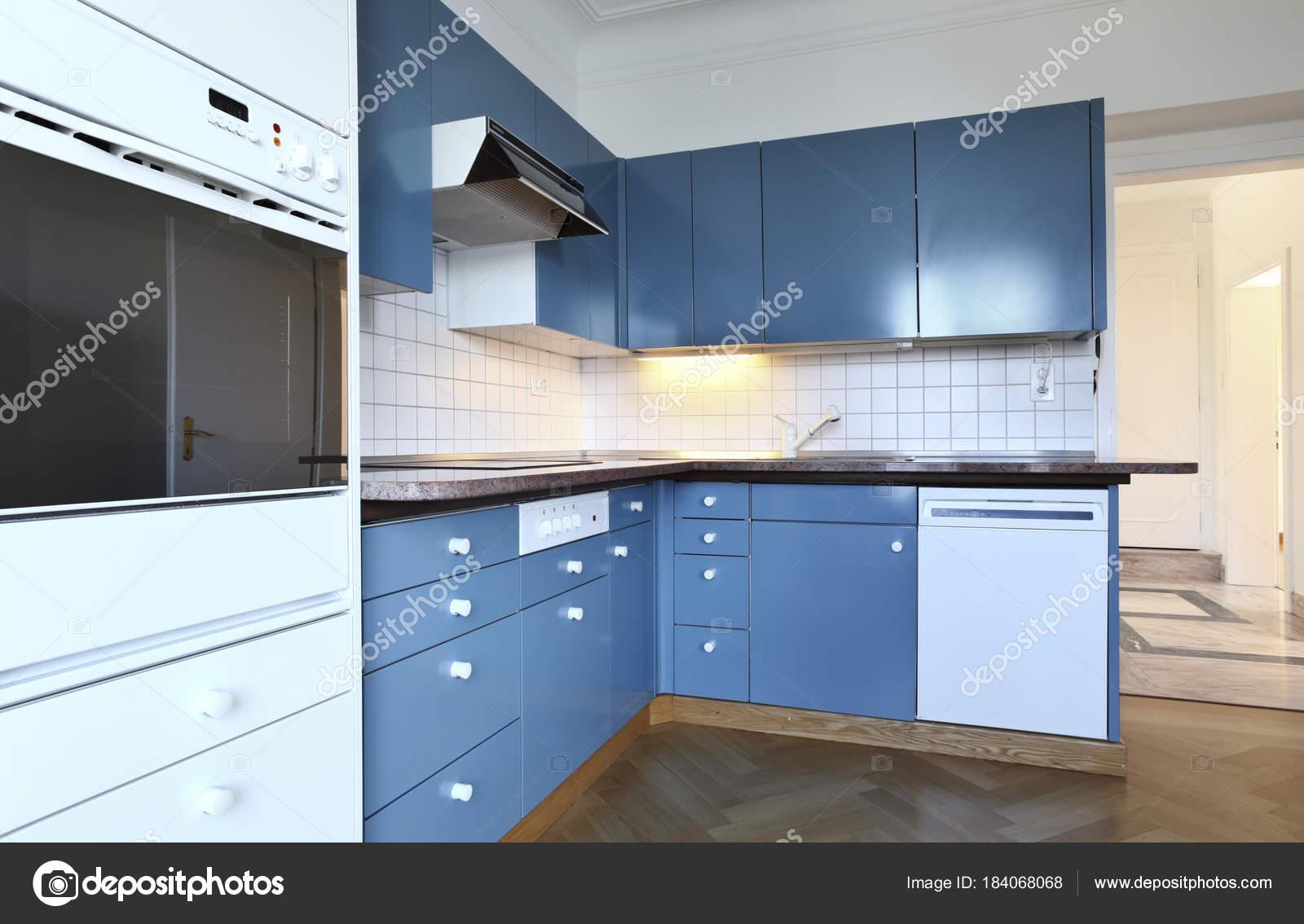 Weiße und blaue Villa Küche — Stockfoto © Zveiger #184068068