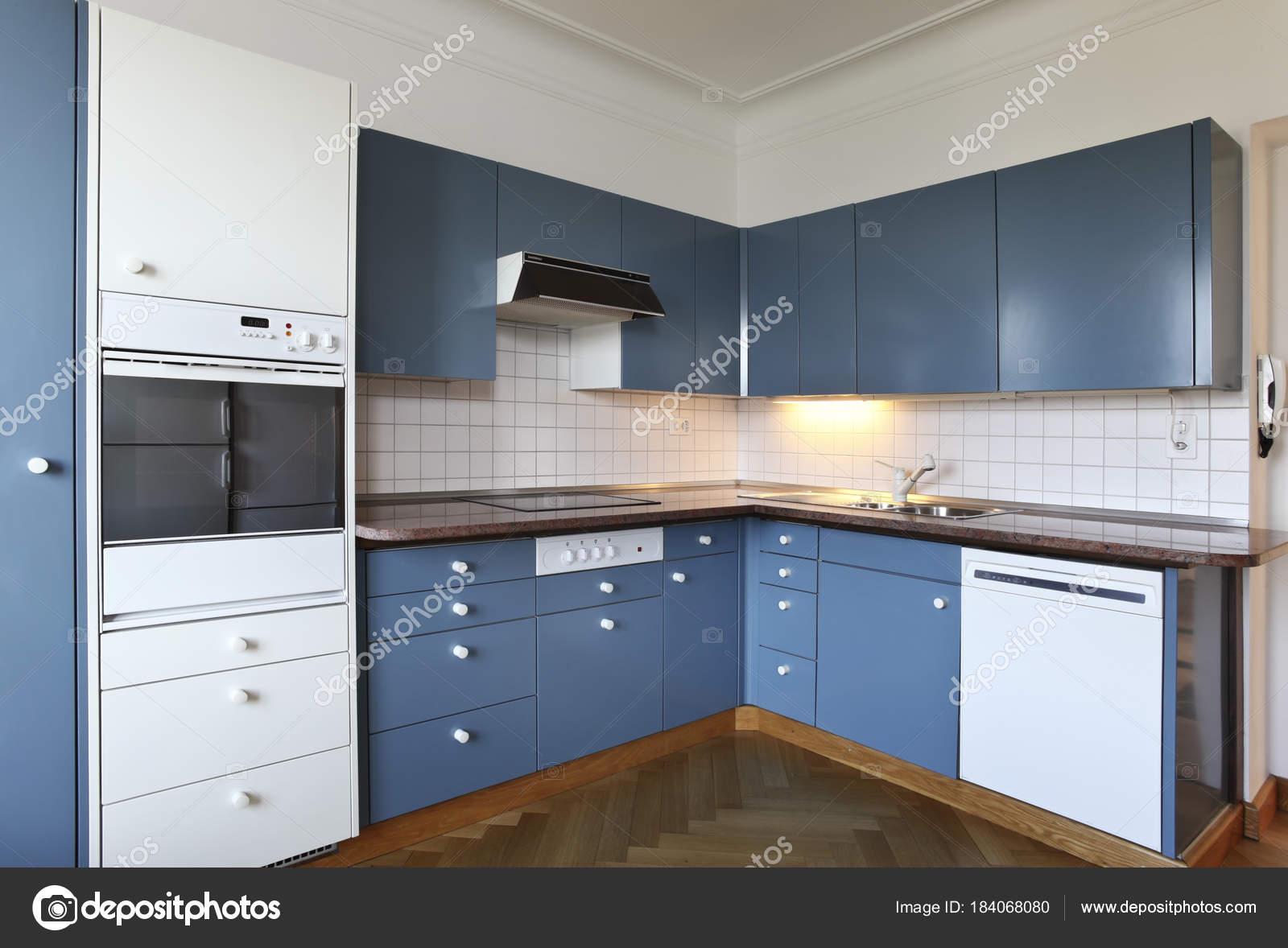 Cucina della villa bianco e blu u2014 foto stock © zveiger #184068080