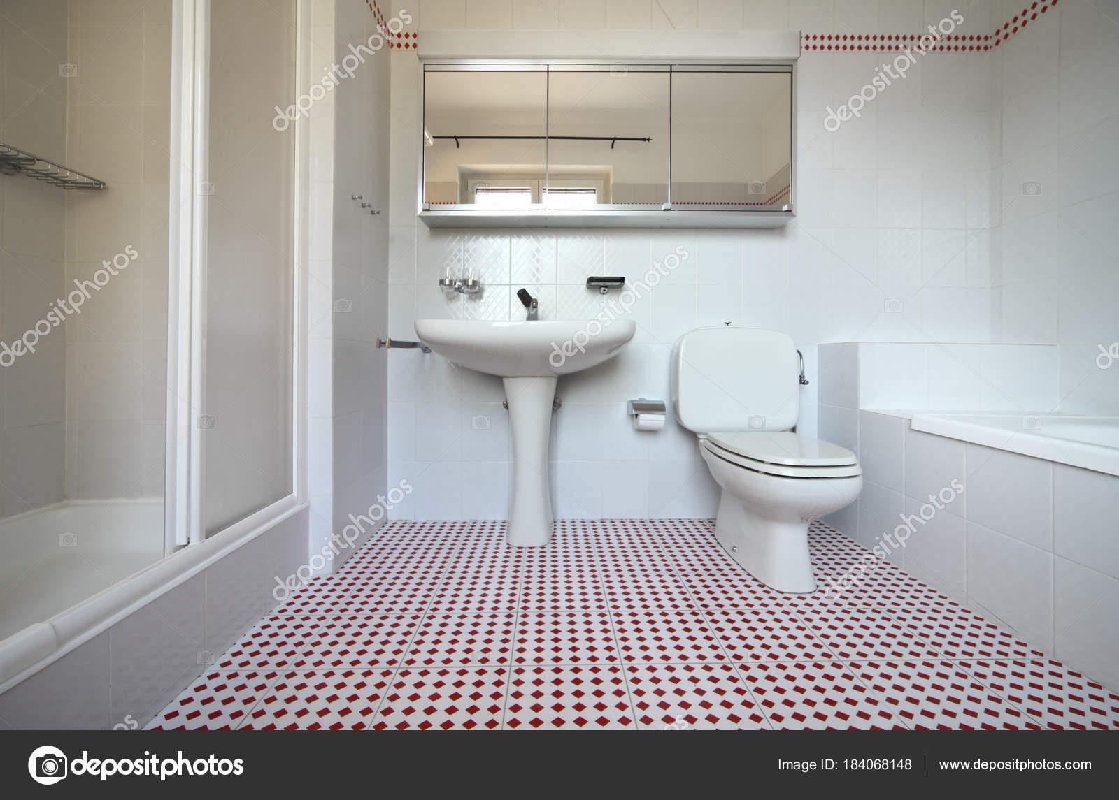 Weiss Und Rot Gefliesten Badezimmer Stockfoto C Zveiger 184068148