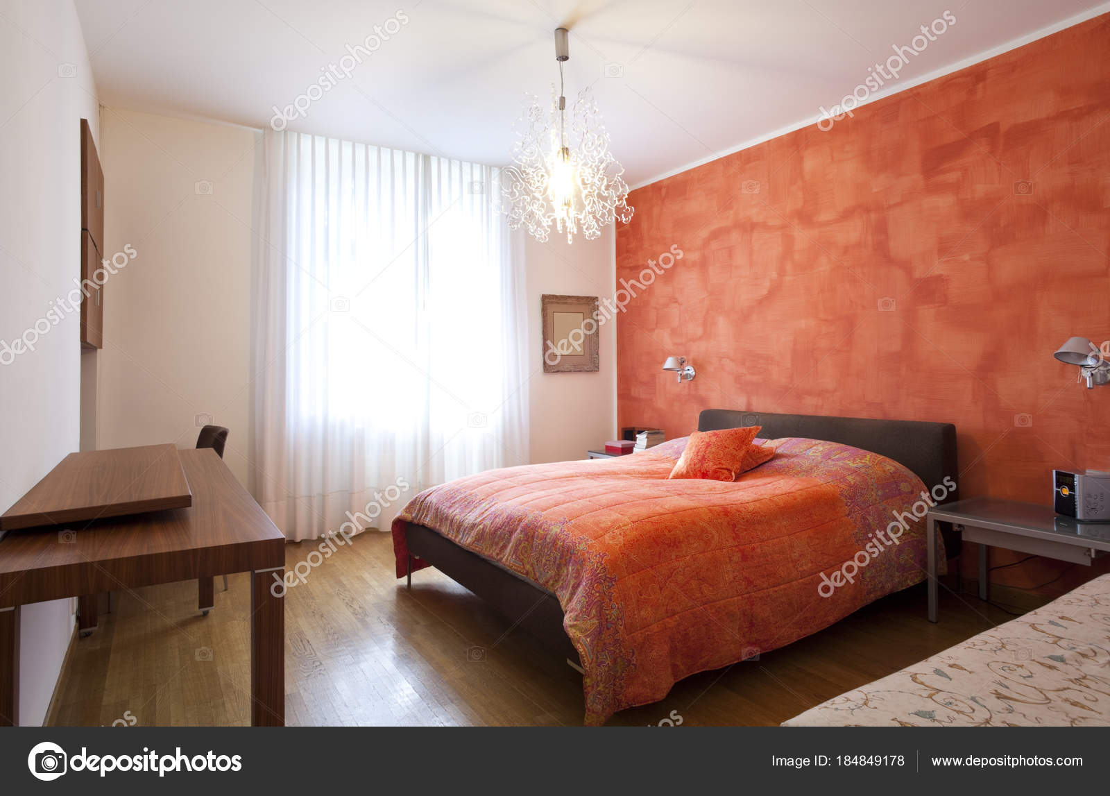 Interno camera da letto arancione e bianco — Foto Stock © Zveiger ...
