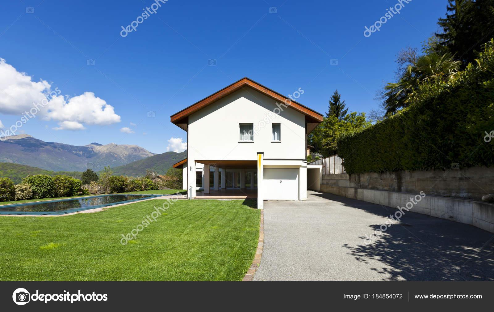 Neue Architektur, schönes modernes Haus mit Swimmingpool im freien ...