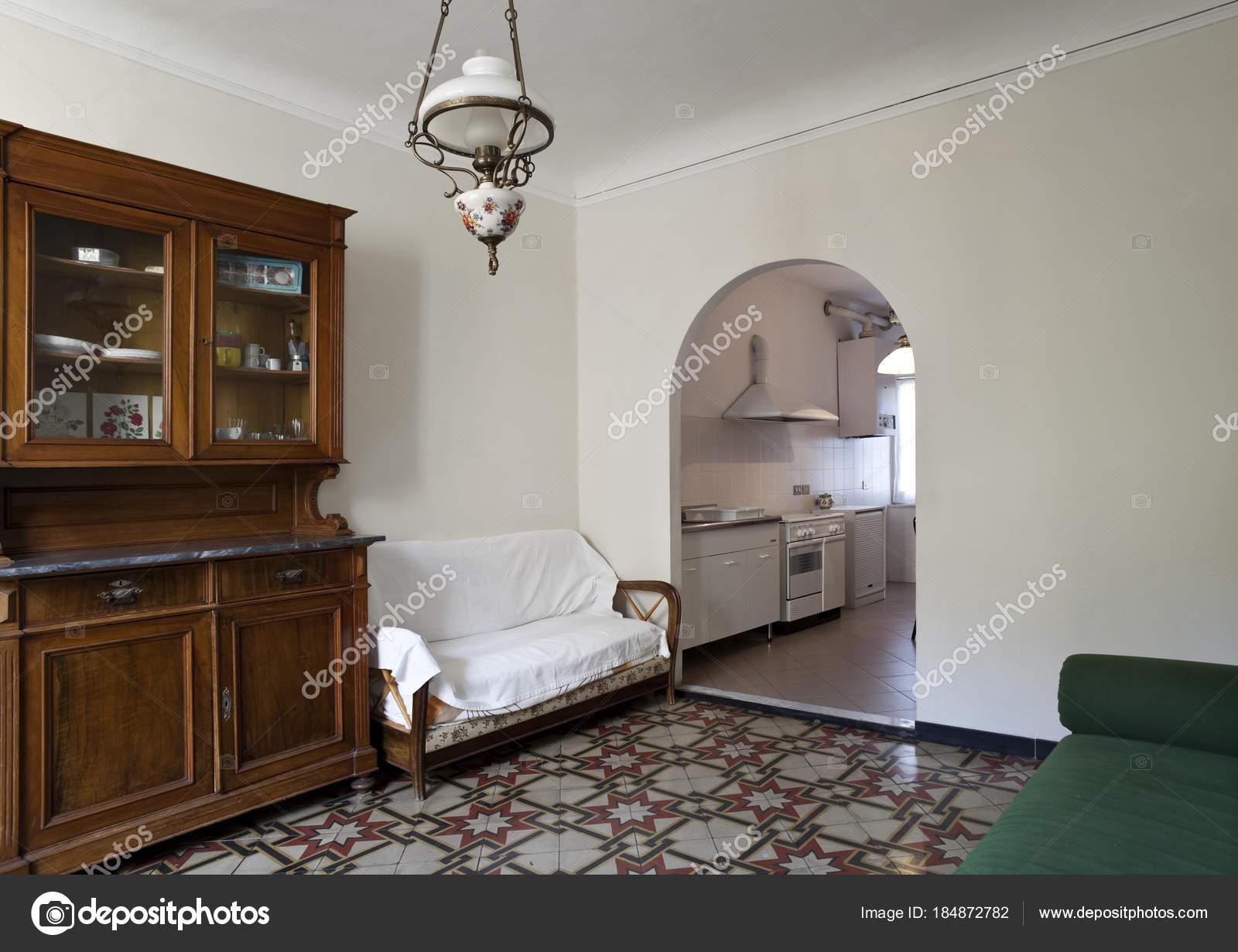 Passaggio dal soggiorno alla cucina dell\'arco — Foto Stock ...