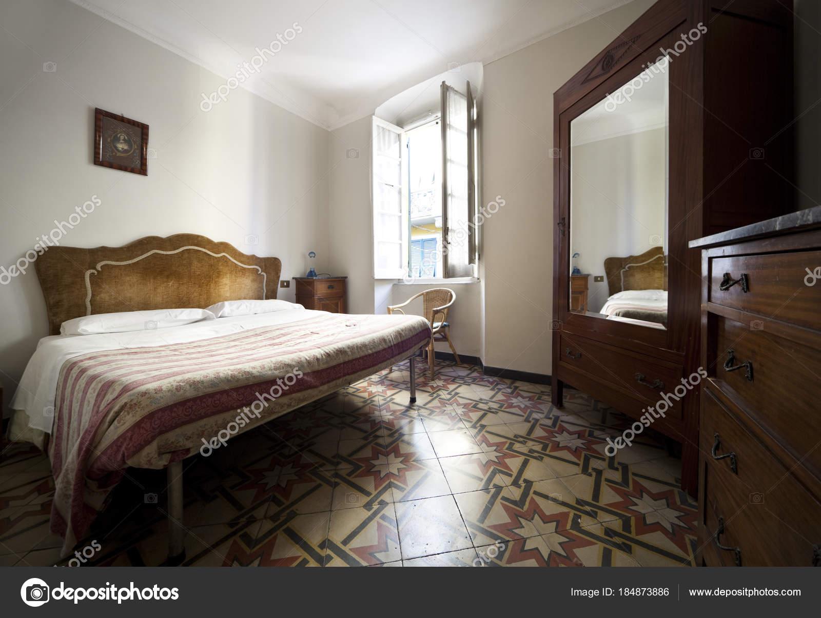 Vintage Schlafzimmer Interieur — Stockfoto © Zveiger #184873886