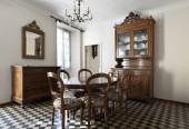interiér jídelny s podlahou šachovnici
