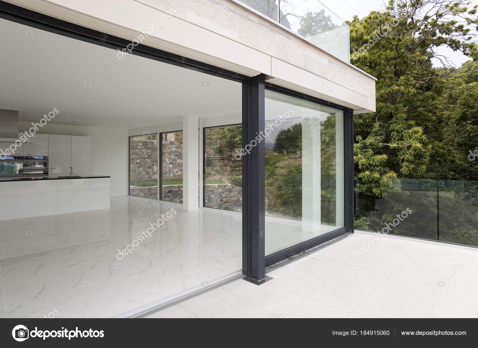 Veranda van modern huis u stockfoto zveiger