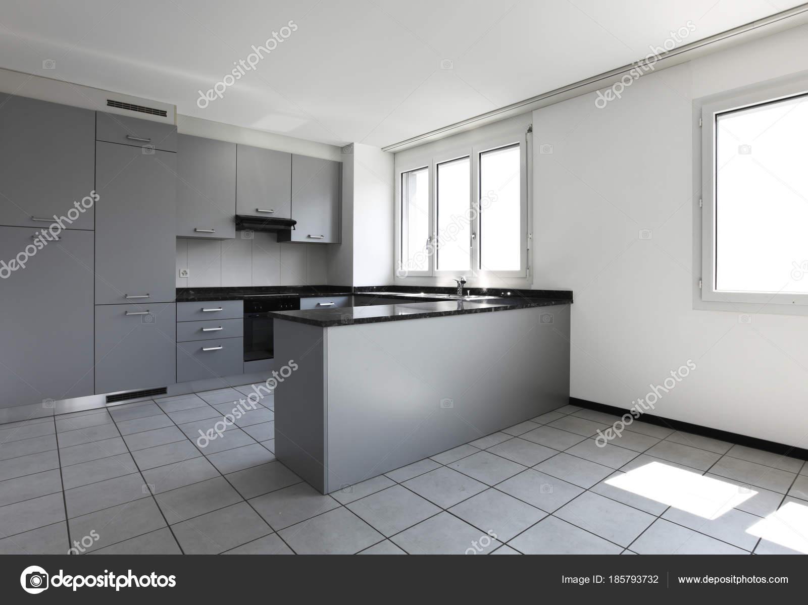 modernes haus mit k che halbinsel stockfoto zveiger 185793732. Black Bedroom Furniture Sets. Home Design Ideas