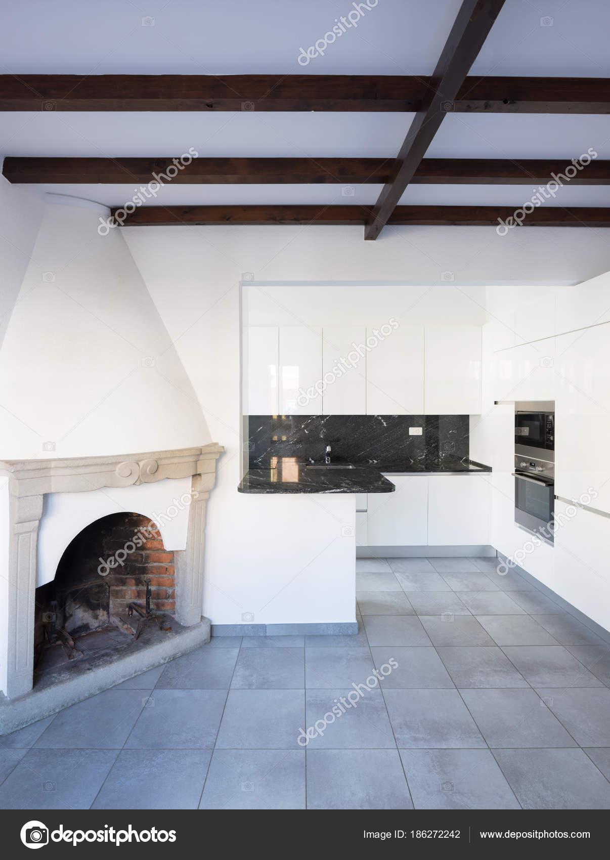 Cucina in spazio aperto vicino soggiorno con camino — Foto ...