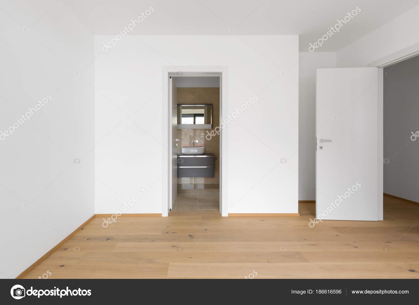 Vide chambre avec salle de bains en marbre attenante — Photographie ...