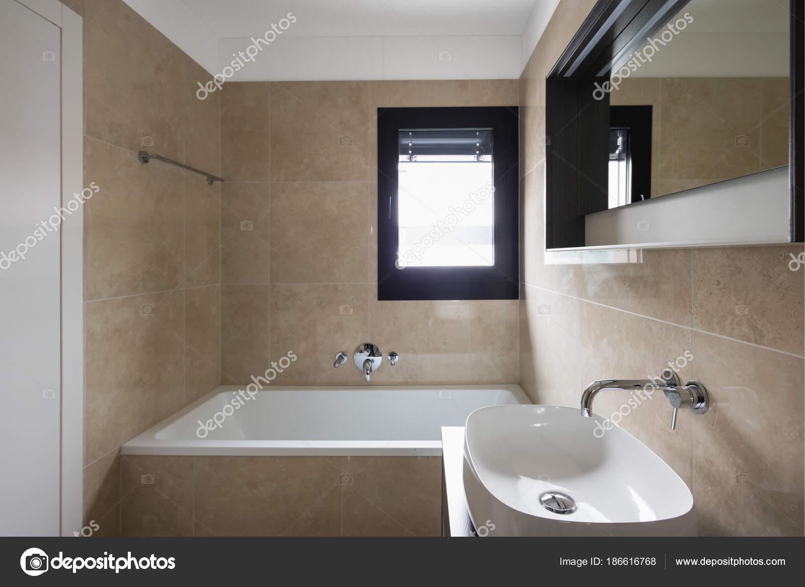 Vasca Da Bagno Di Grandi Dimensioni : Dettaglio del lavabo e vasca da bagno u foto stock zveiger