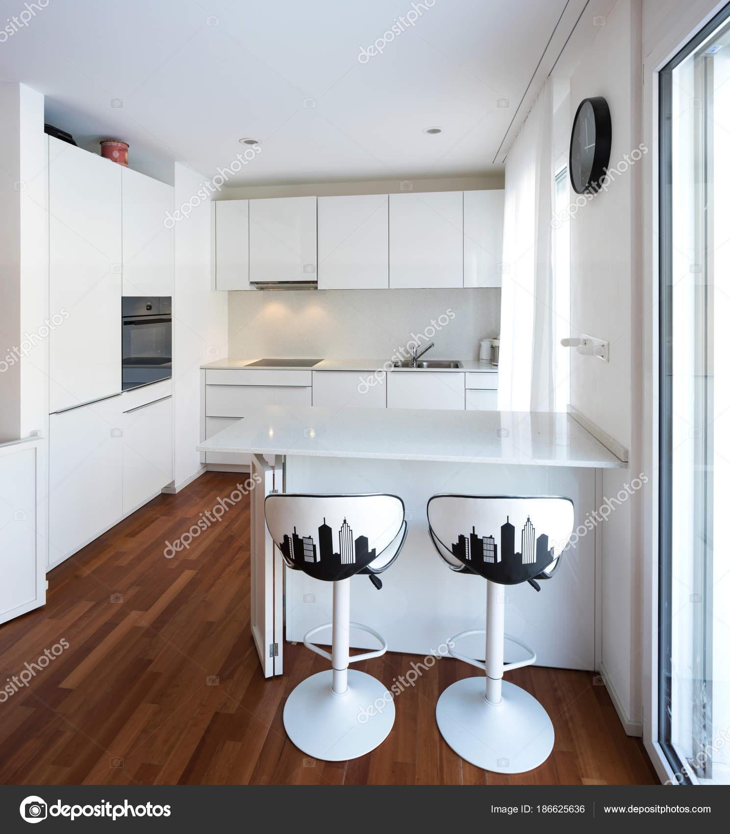 Moderna Cozinha Branca Com Pen Nsula Fotografias De Stock