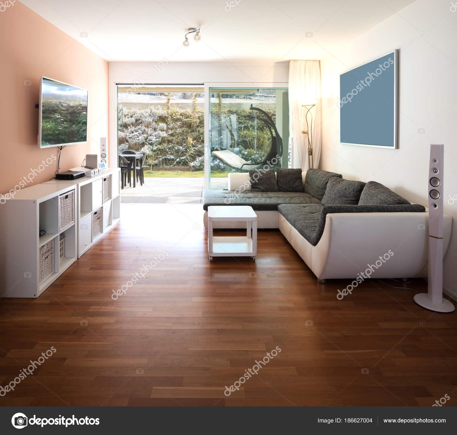 Wohnzimmer mit fenster und blick auf den garten stockfoto zveiger 186627004 - Wohnzimmer fenster ...