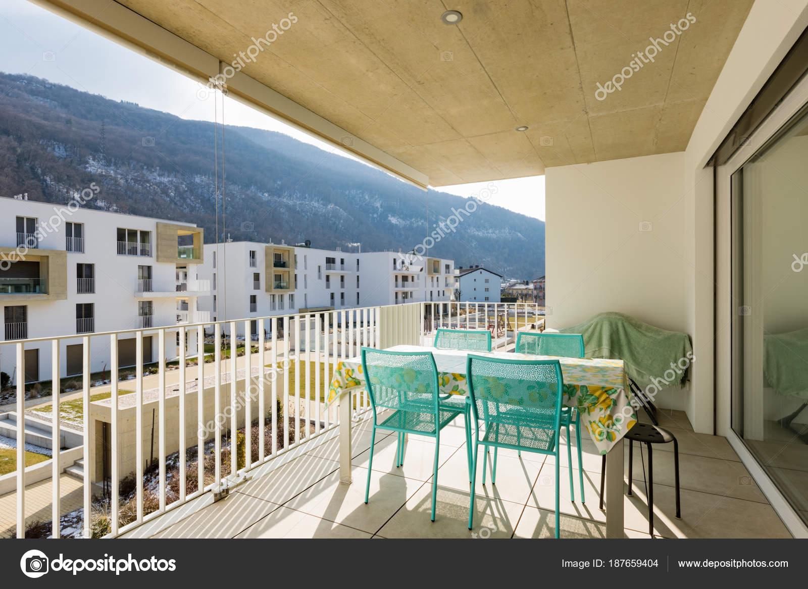 Balcon avec mobilier de jardin — Photographie Zveiger © #187659404