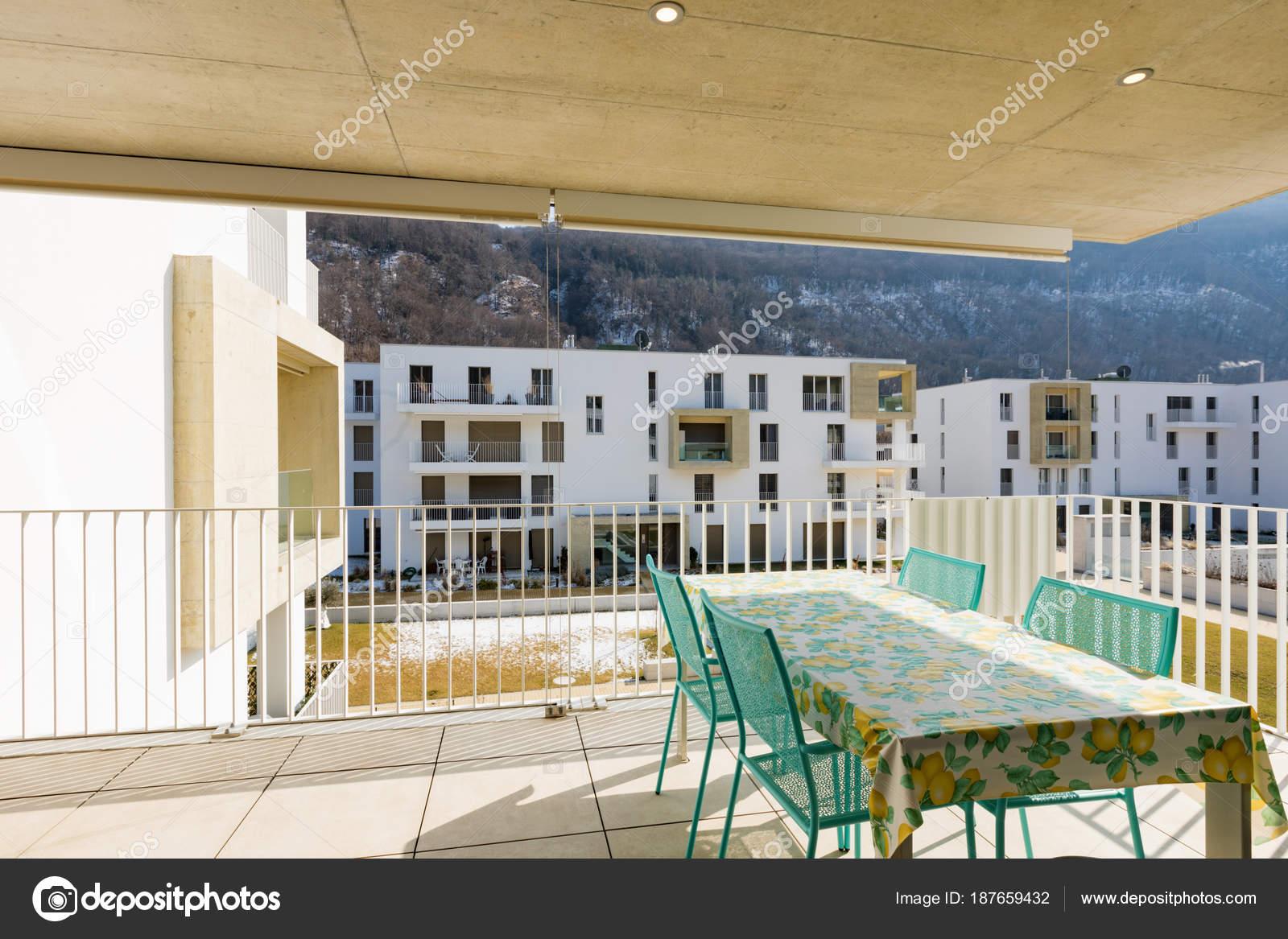 Balcon avec mobilier de jardin — Photographie Zveiger © #187659432