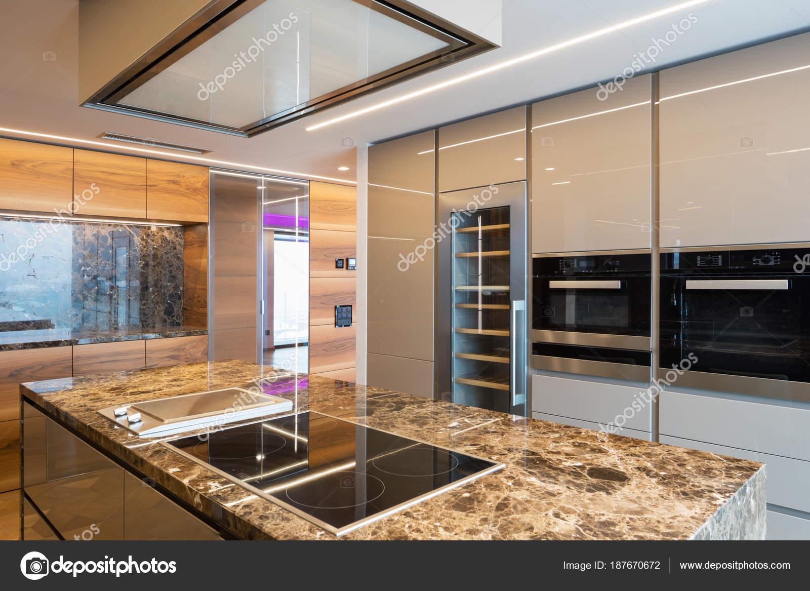 Moderna Cozinha Em M Rmore Com Ilha Stock Photo Zveiger 187670672