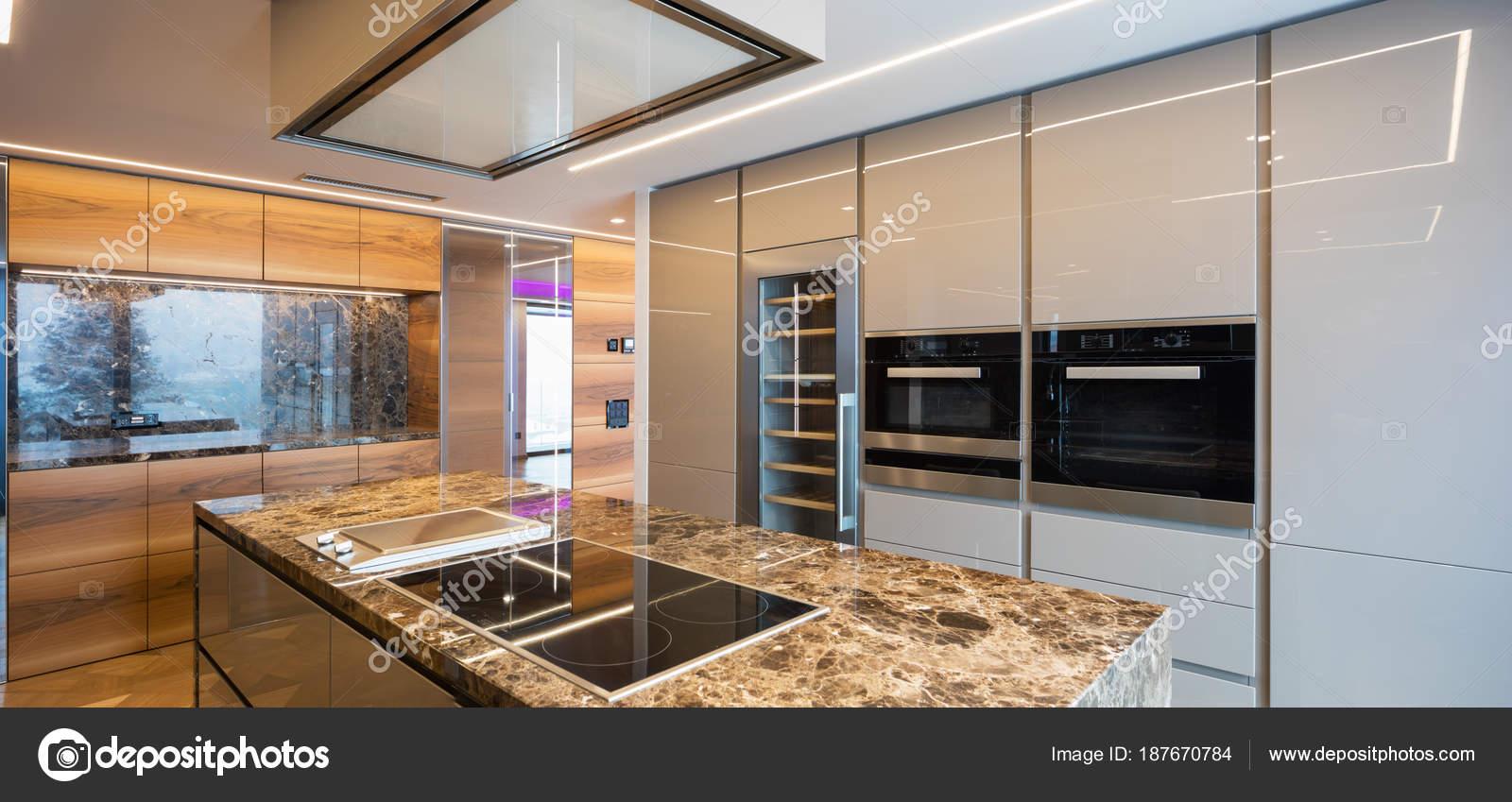 Moderna Cozinha Em M Rmore Com Ilha Stock Photo Zveiger 187670784