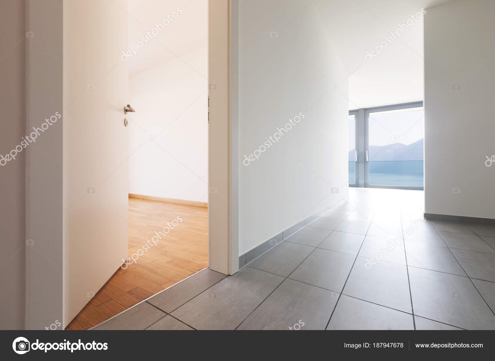 Intérieur de l\'appartement moderne, couloir vide ...