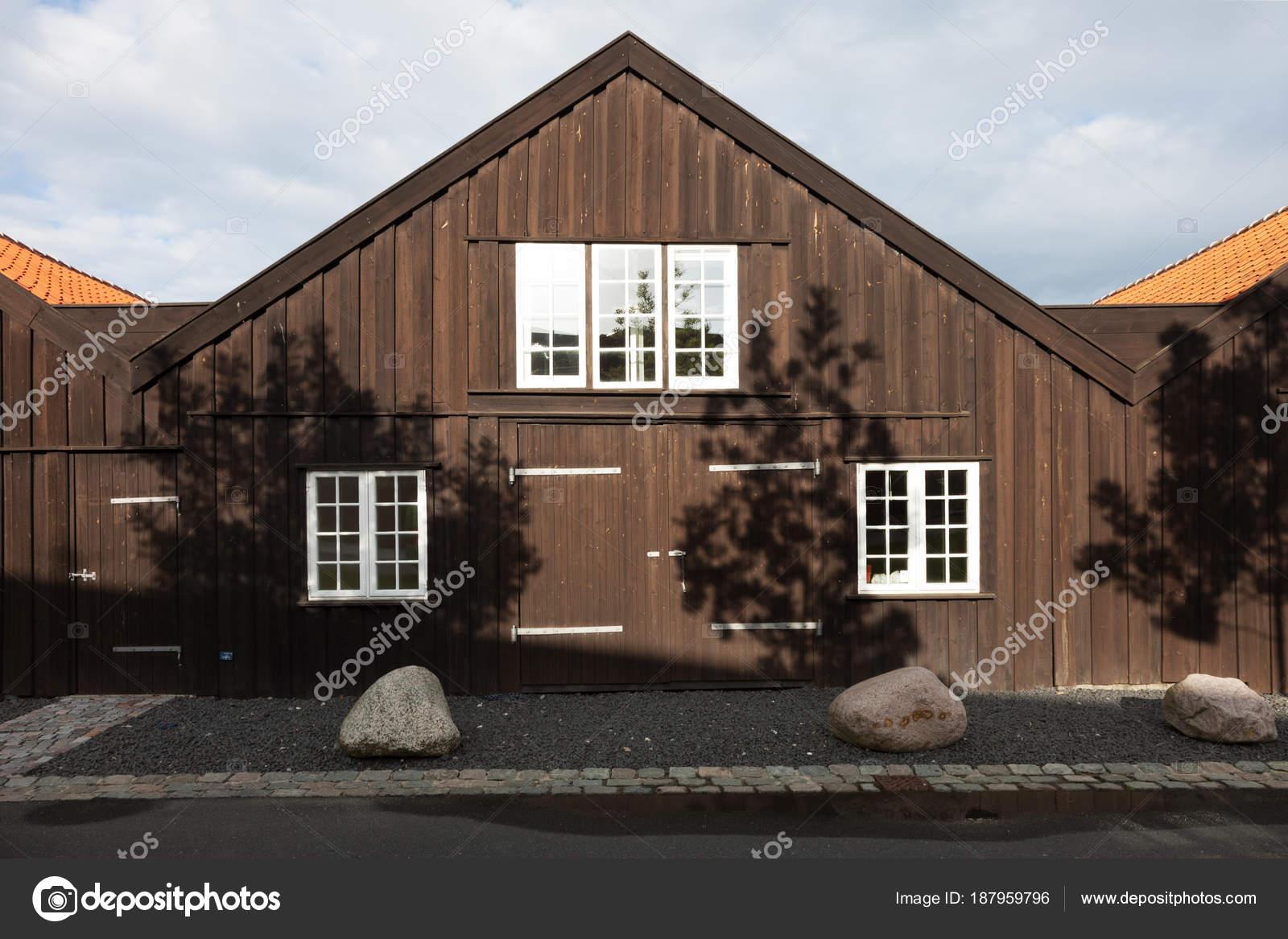 Buitenkant van houten rijtjeshuizen in kopenhagen u stockfoto