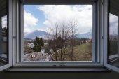 Krajina z okna bytu otevřené okno