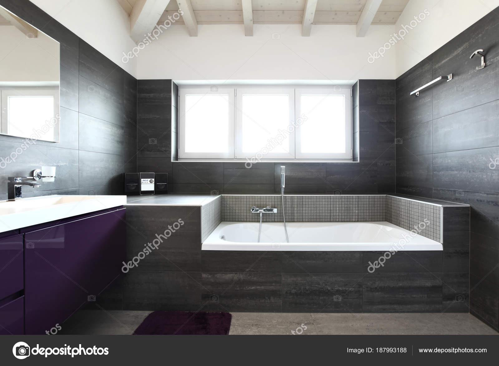 Badezimmer mit grauen Fliesen, elegant und modern ...