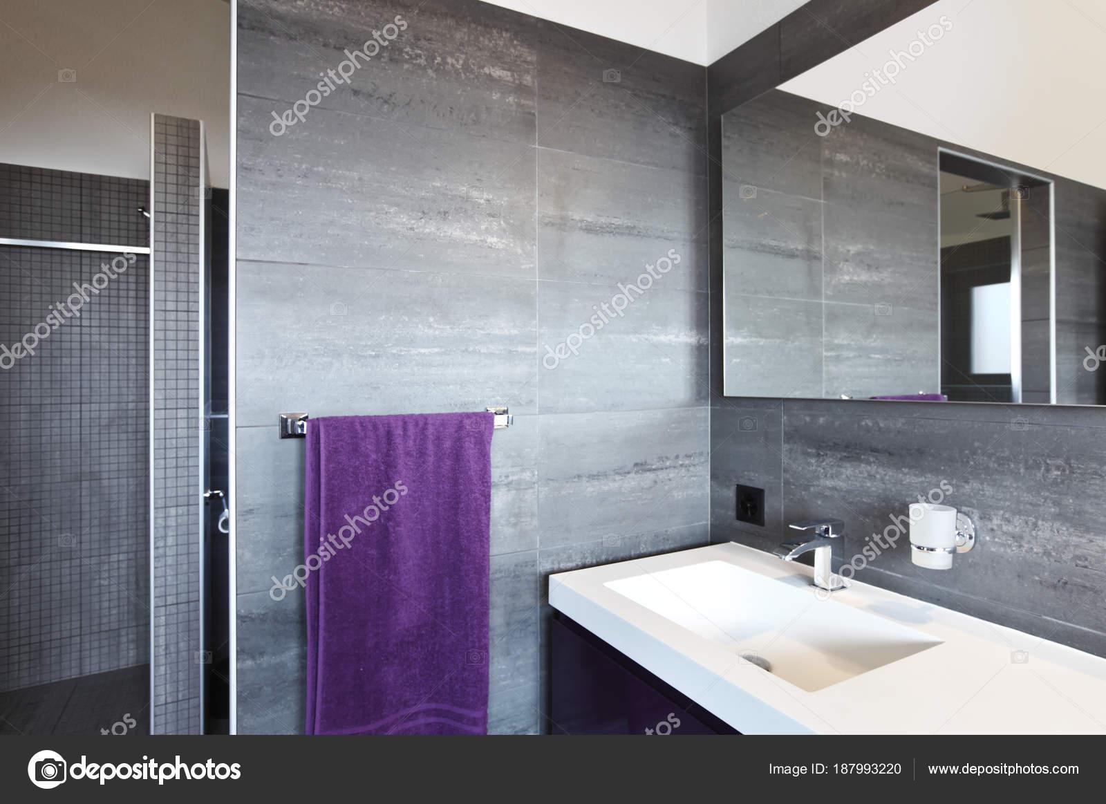 Badkamer Tegels Grijs : Badkamer met grijze tegels elegante en moderne u stockfoto