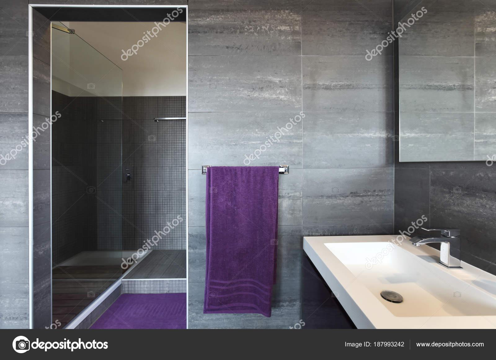 Bagno con piastrelle grigie elegante e moderni u2014 foto stock