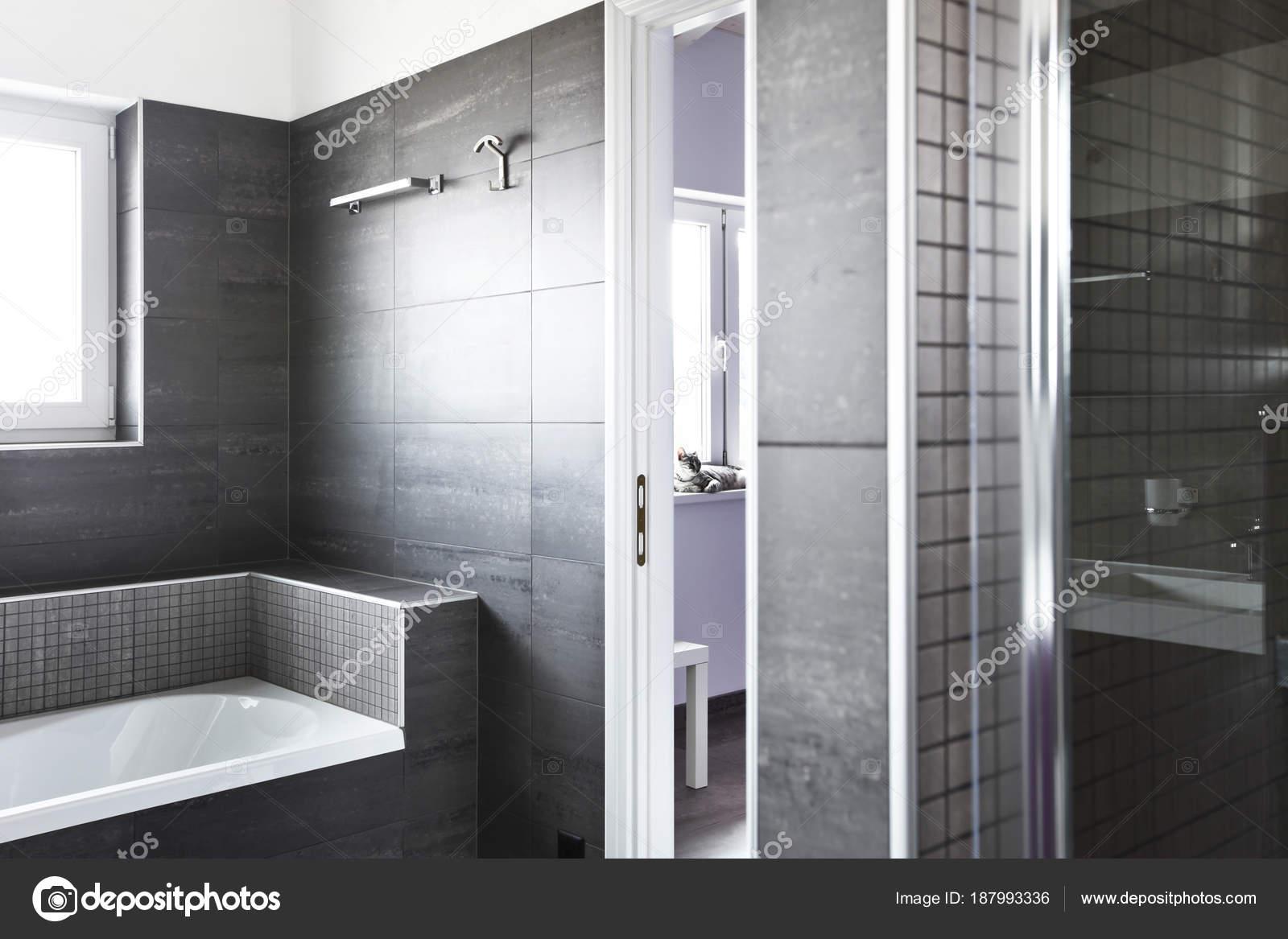 Badkamer met grijze tegels, elegante en moderne — Stockfoto ...