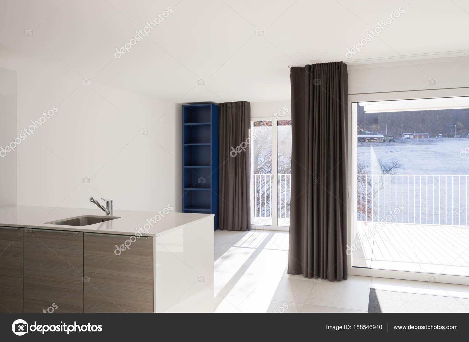 Espace ouvert moderne avec salon et cuisine — Photographie ...