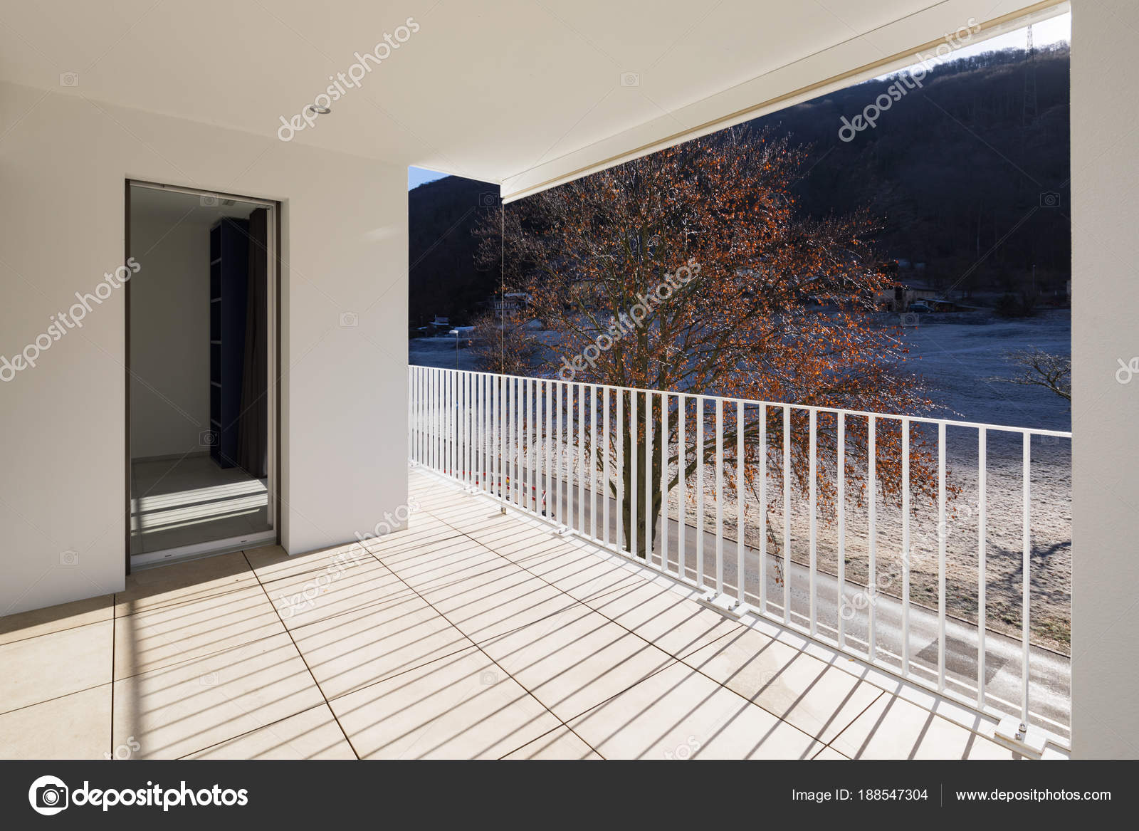 Modern huis terras met leuning u stockfoto zveiger