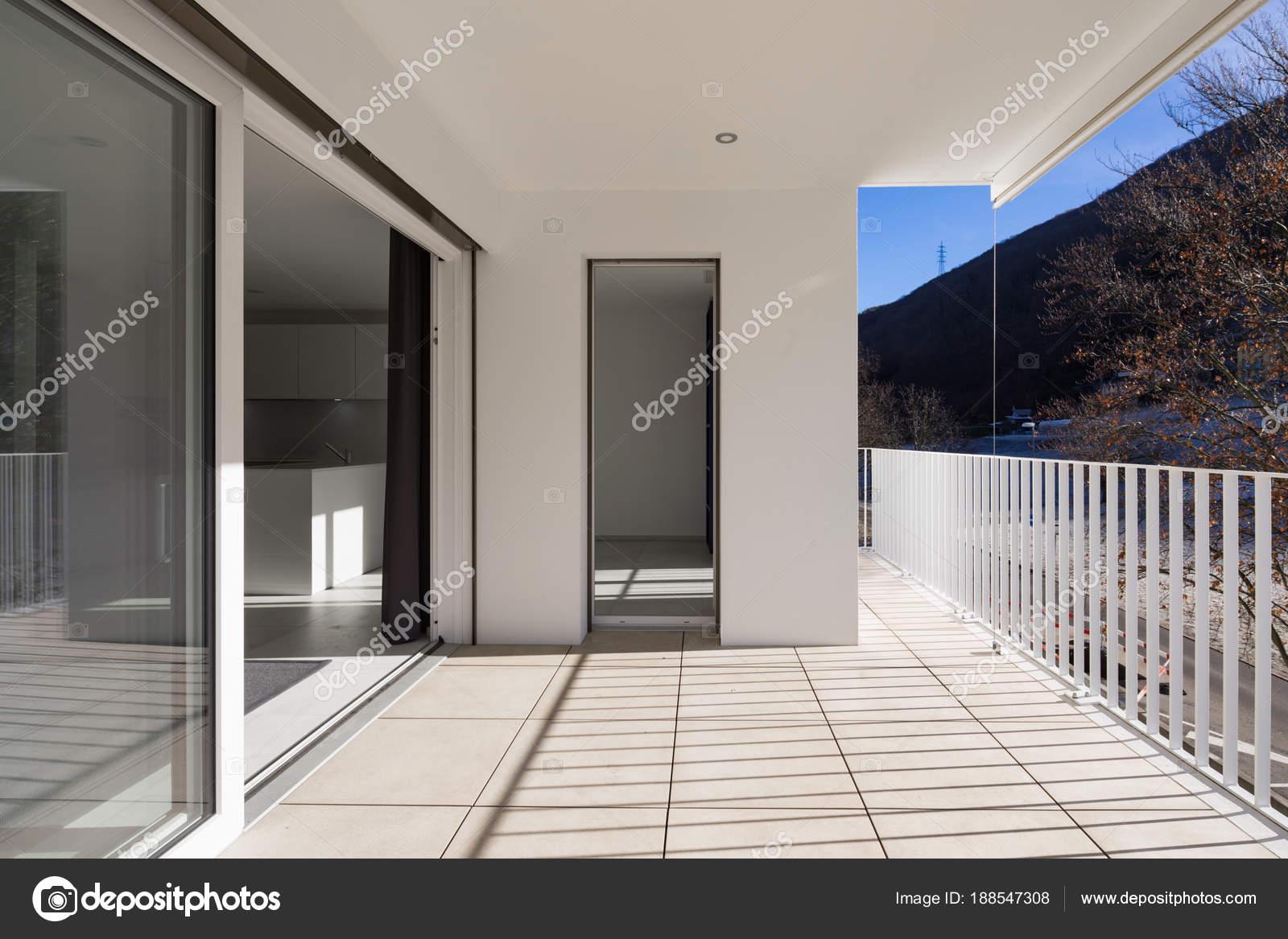 Modernes Haus Terrasse mit Geländer — Stockfoto © Zveiger #188547308