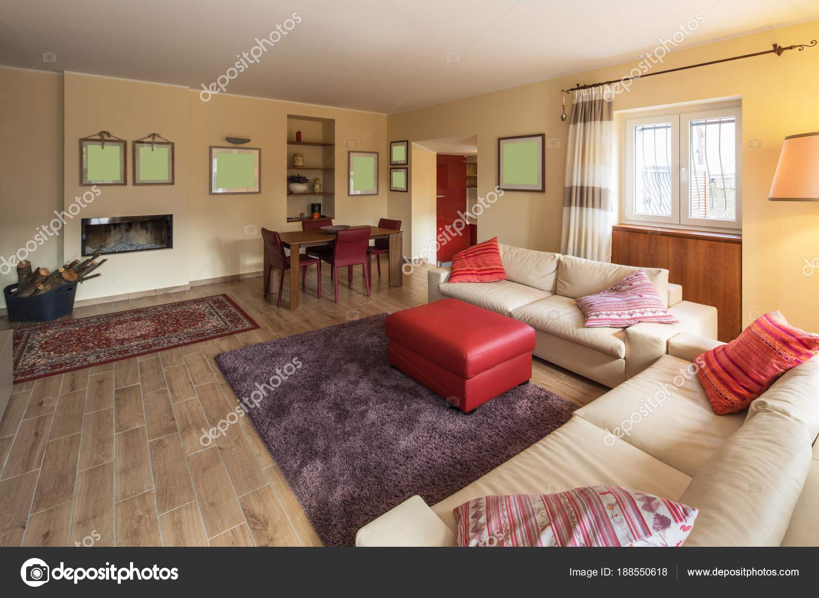 Soggiorno arredato in un moderno appartamento — Foto Stock © Zveiger ...