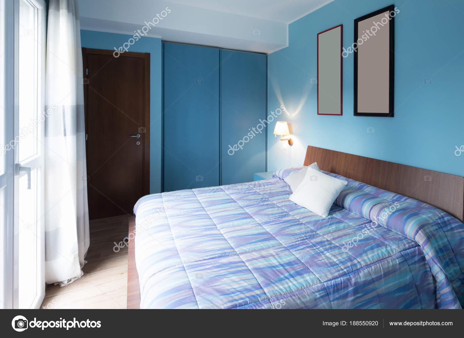 Camera da letto blu con cornici sulla parete — Foto Stock © Zveiger ...