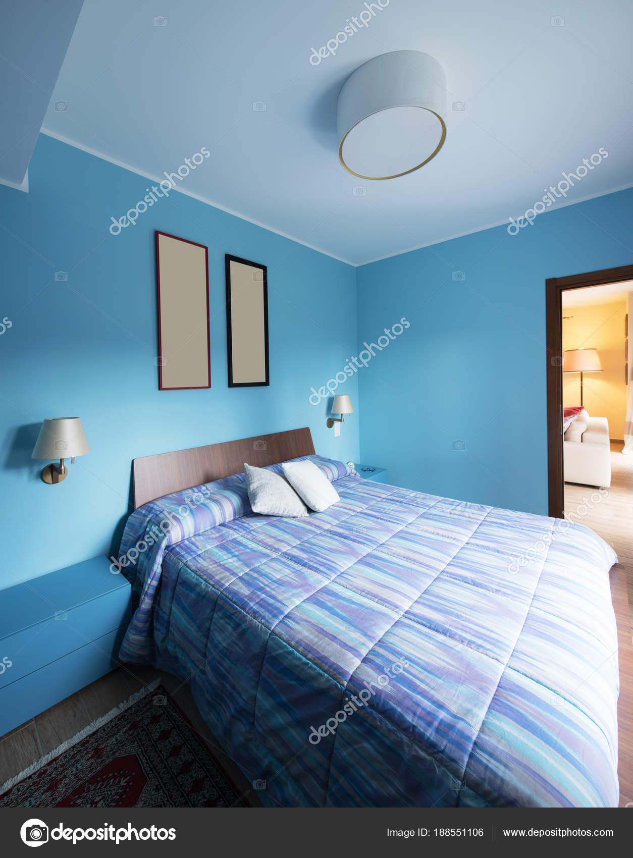 Blaue Schlafzimmer Mit Bildern An Der Wand. Niemand Im Inneren U2014 Foto Von  Zveiger