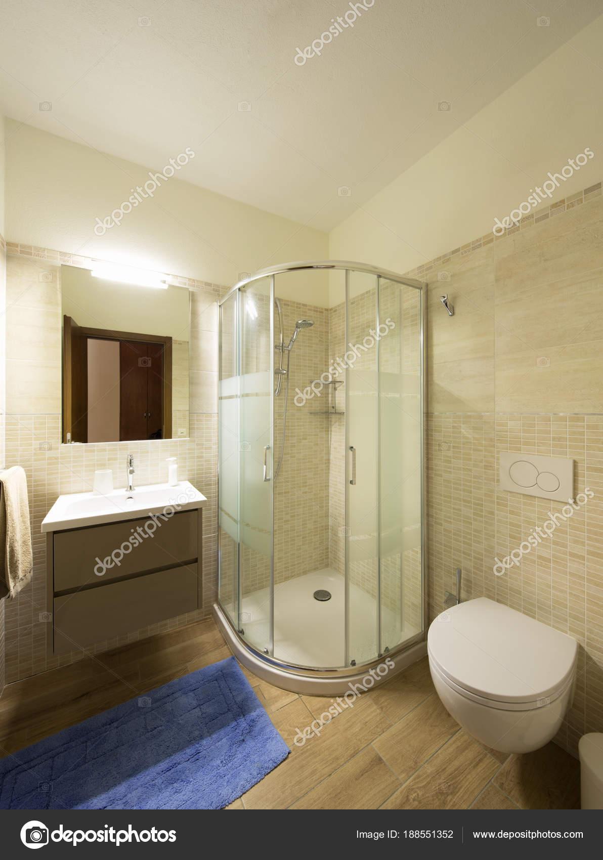 Modernes Bad Mit Fliesen Grosse Dusche Stockfoto