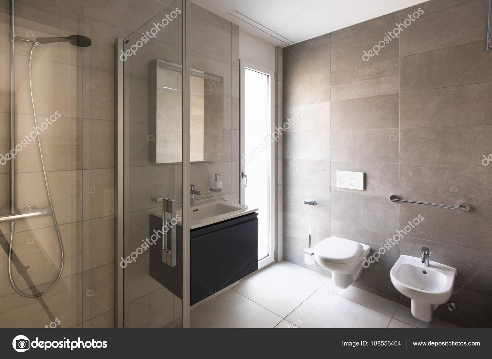 Moderno cuarto de ba o con m rmol en un moderno for Banos modernos para apartamentos