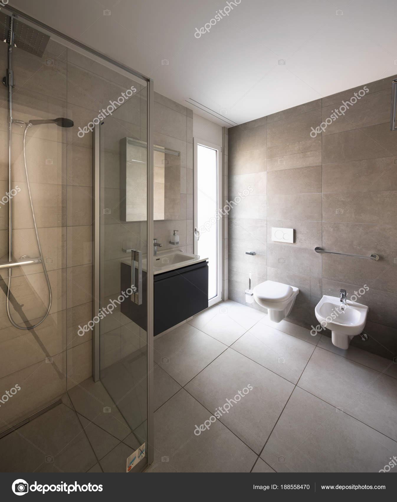 Salle de bains moderne en marbre dans un appartement moderne ...