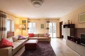 Obývací pokoj zařízený v moderním bytě