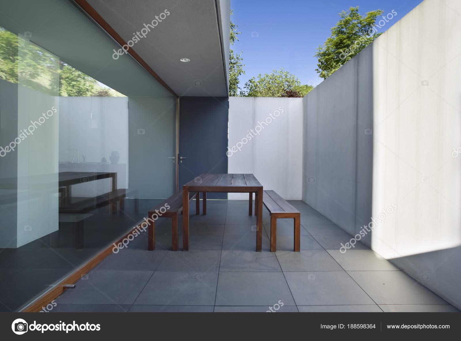 Exterieur balkon van moderne stijl villa — Stockfoto © Zveiger ...