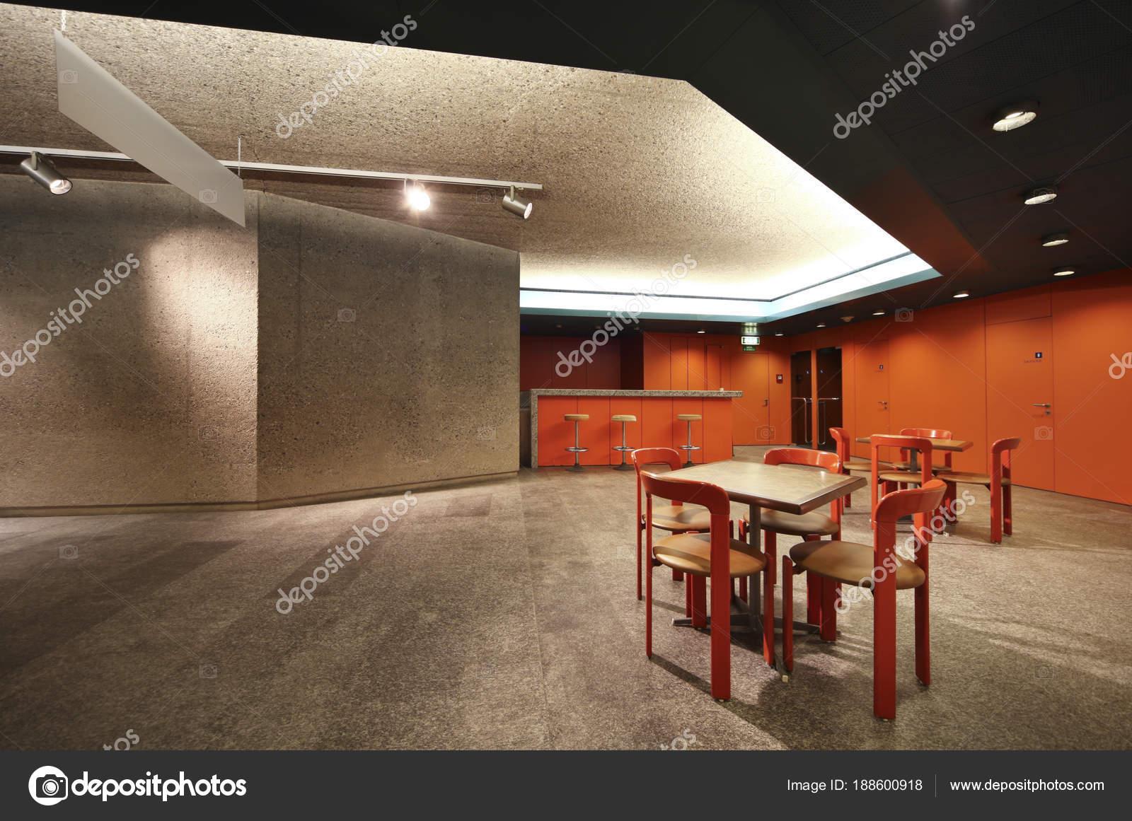 stilvolle u-Bar mit roten Wänden und Beton — Stockfoto © Zveiger ...