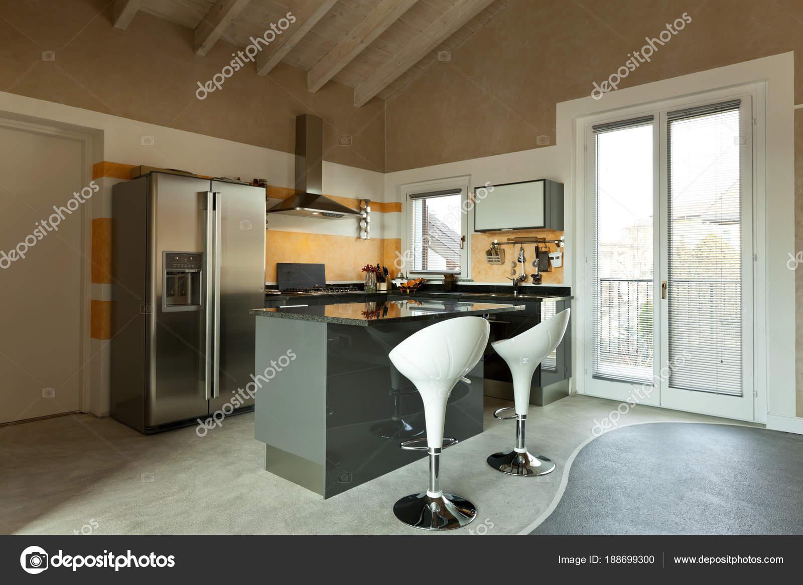 Interieur, neue Loft möbliert, Kücheninsel mit zwei Hockern ...