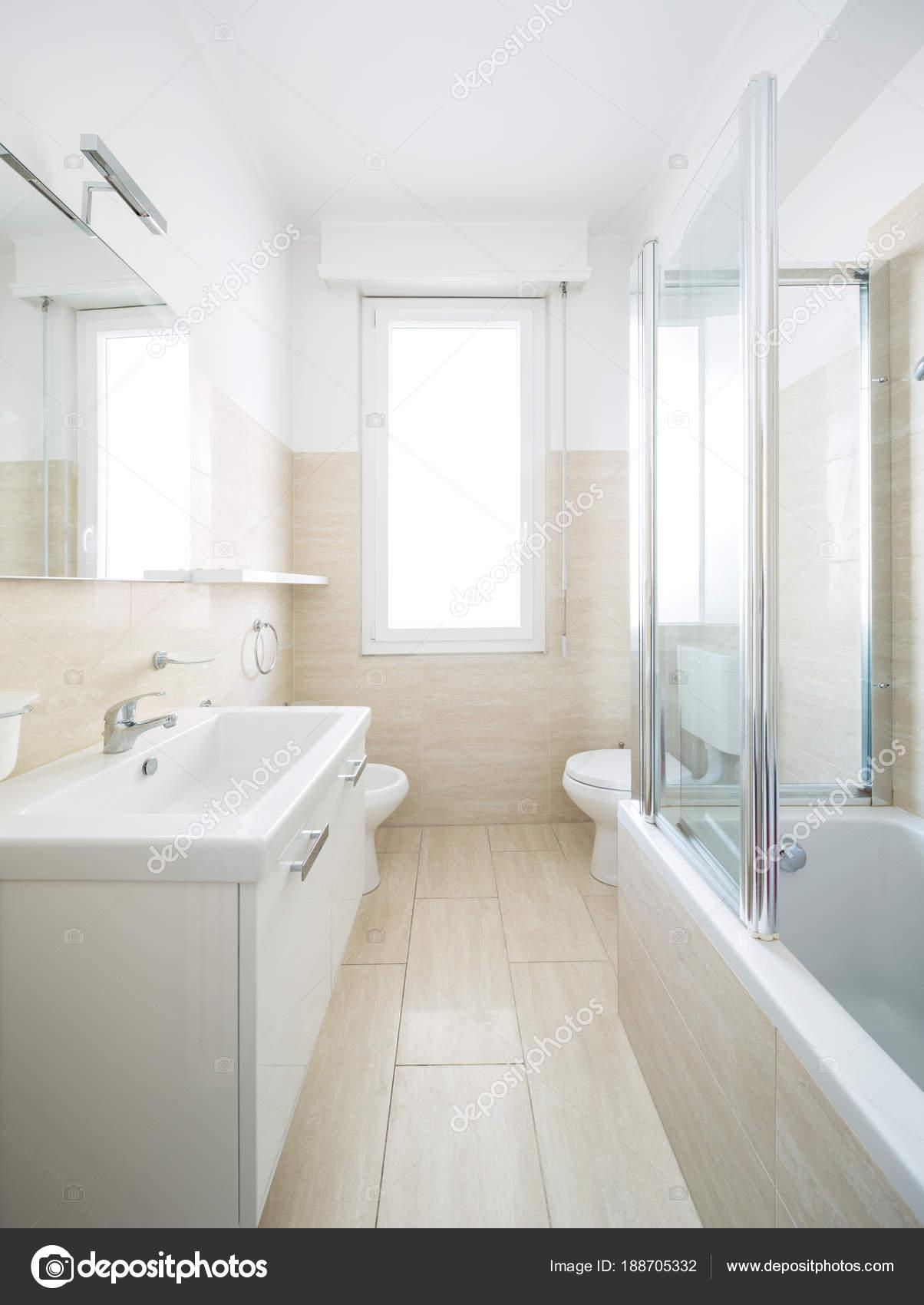 Bagno nuovo e pulito dopo la ristrutturazione — Foto Stock © Zveiger ...