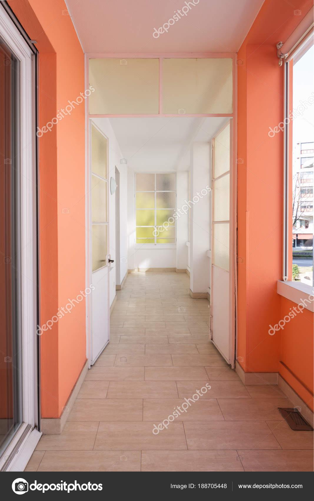 couloir dans l\'appartement avec grandes fenêtres et beaucoup de ...