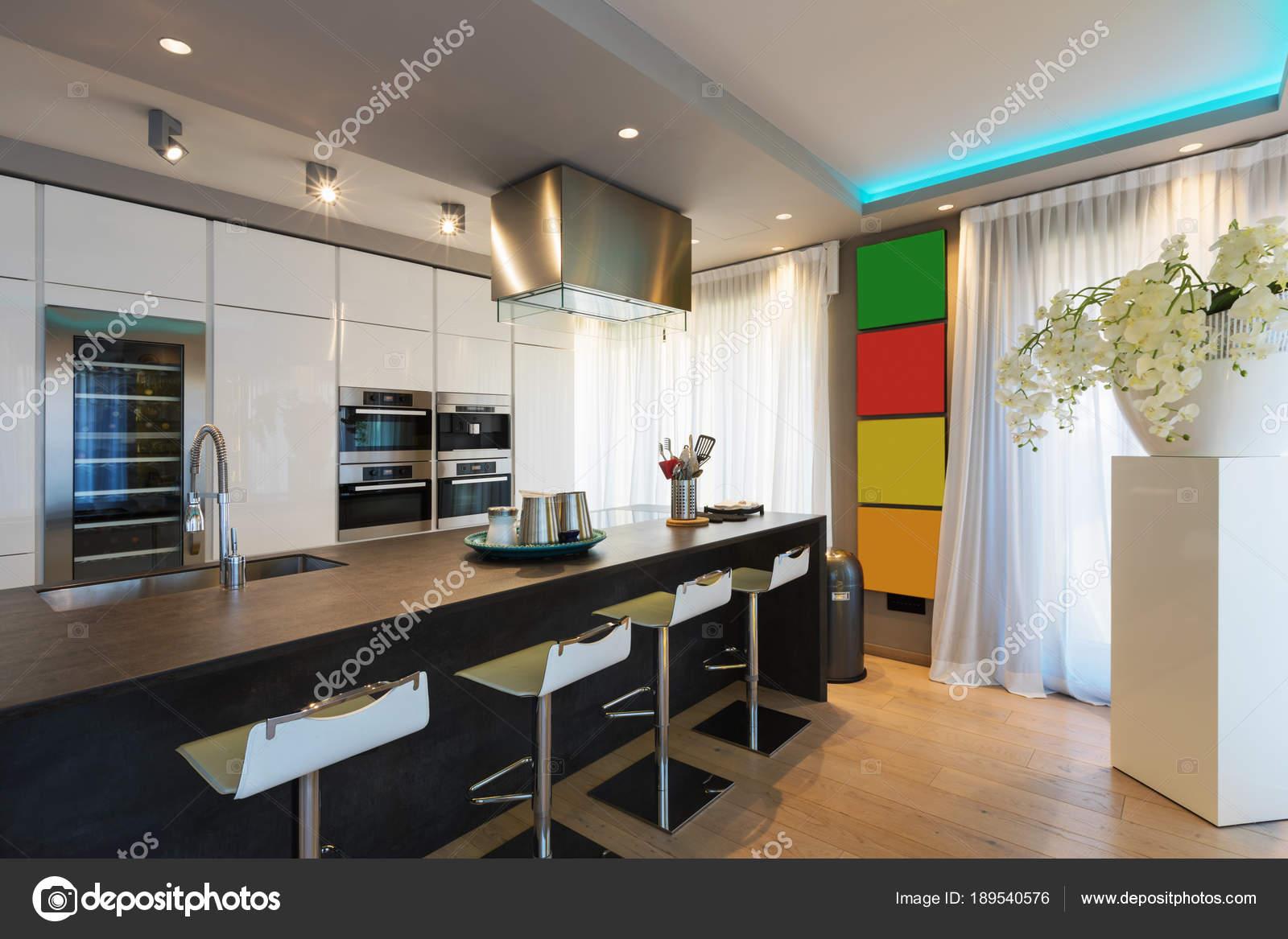 Moderne Küche mit Insel und Hocker — Stockfoto © Zveiger ...