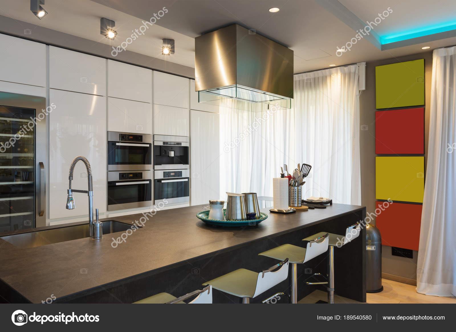 Cozinha Moderna Com Ilha E Fezes Fotografias De Stock Zveiger