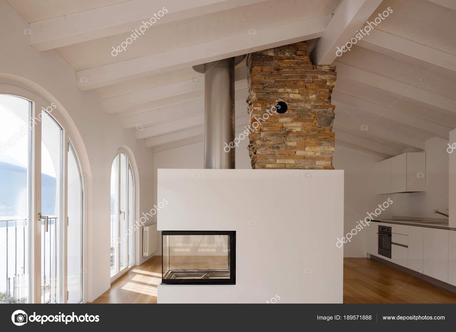 Modernes Wohnzimmer mit Kamin in der Mitte — Stockfoto © Zveiger ...