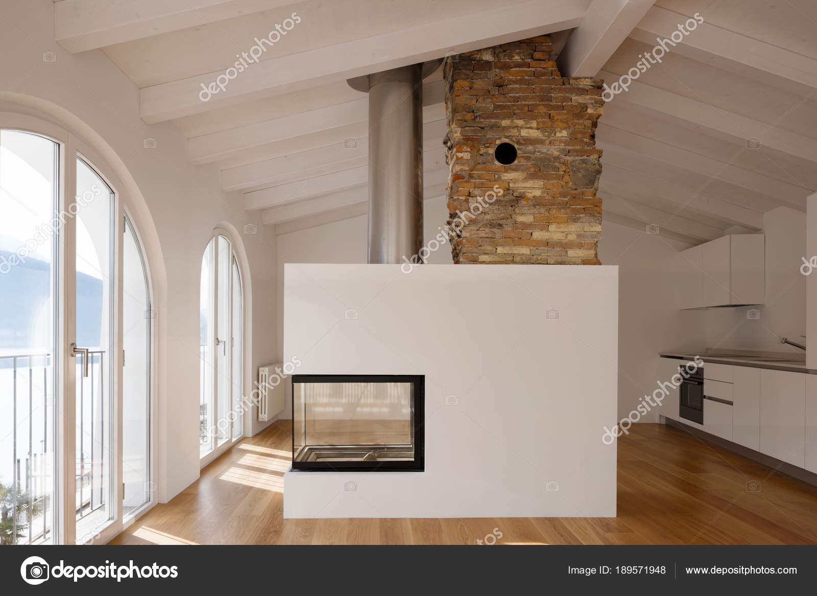 Moderno salotto con camino in mezzo u foto stock zveiger