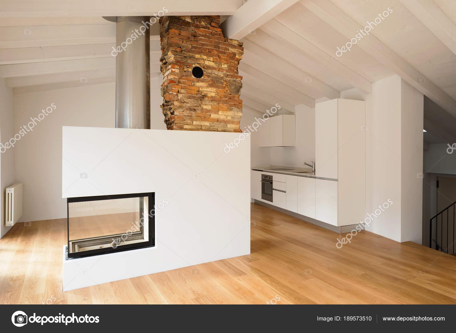 Moderne woonkamer met open haard in het midden u stockfoto