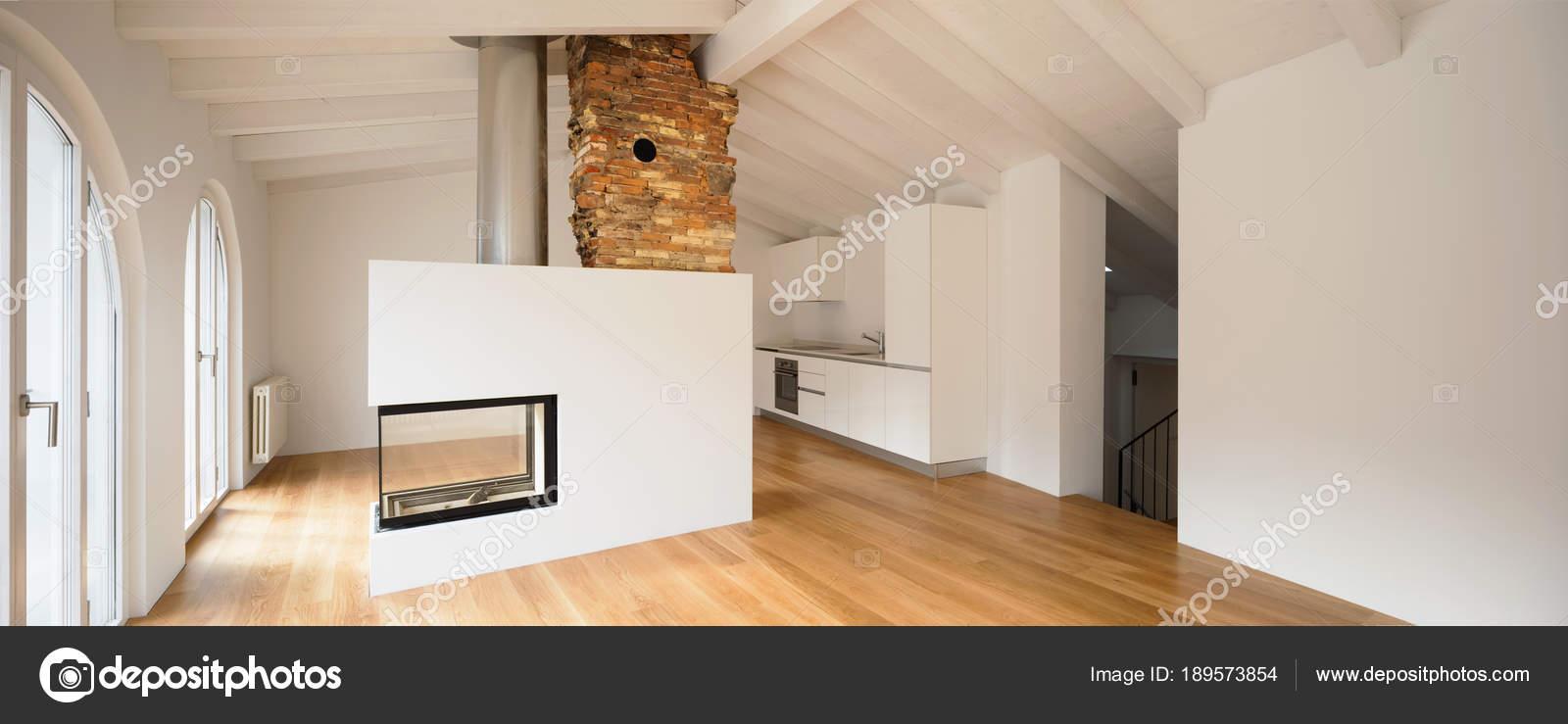 Modernes Wohnzimmer mit Kamin in der Mitte — Stockfoto ...