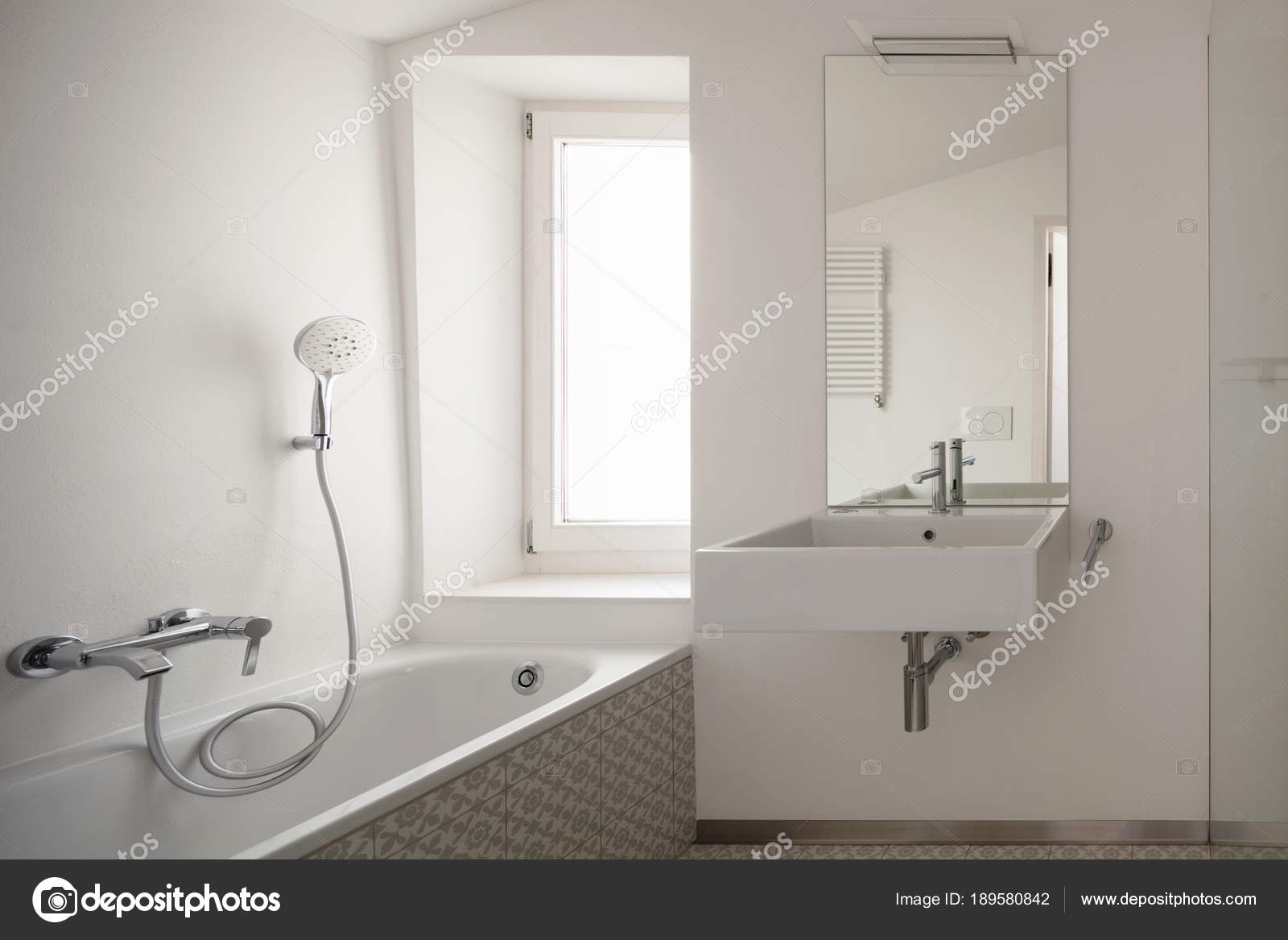 Moderne badkamer met tegels van de vloer u stockfoto zveiger