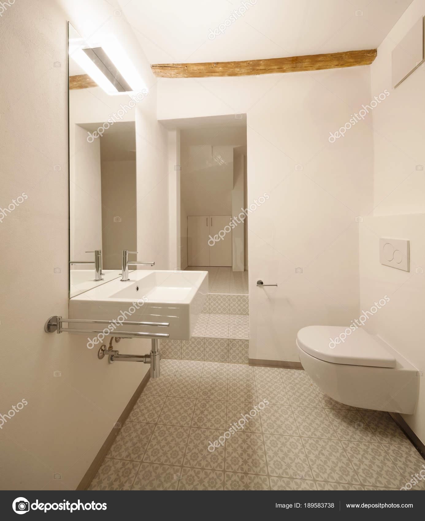 Modernes Bad mit Fliesen — Stockfoto © Zveiger #189583738